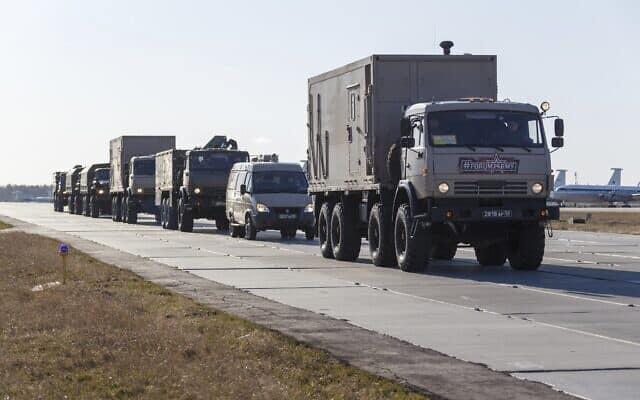 משאיות צבאיות רוסיות נוסעות בדרכן להעמיס ציוד רפואי למאבק בקורונה שישוגר לאיטליה (צילום: (Alexei Yereshko, Russian Defense Ministry Press Service via AP))