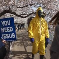 """משבר המשבר הקורונה בארה""""ב: הפגנה של איש אחד בוושינגטוןקורונה בארה""""ב: הפגנה של איש אחד בוושינגטון (צילום: AP Photo/Jacquelyn Martin)"""