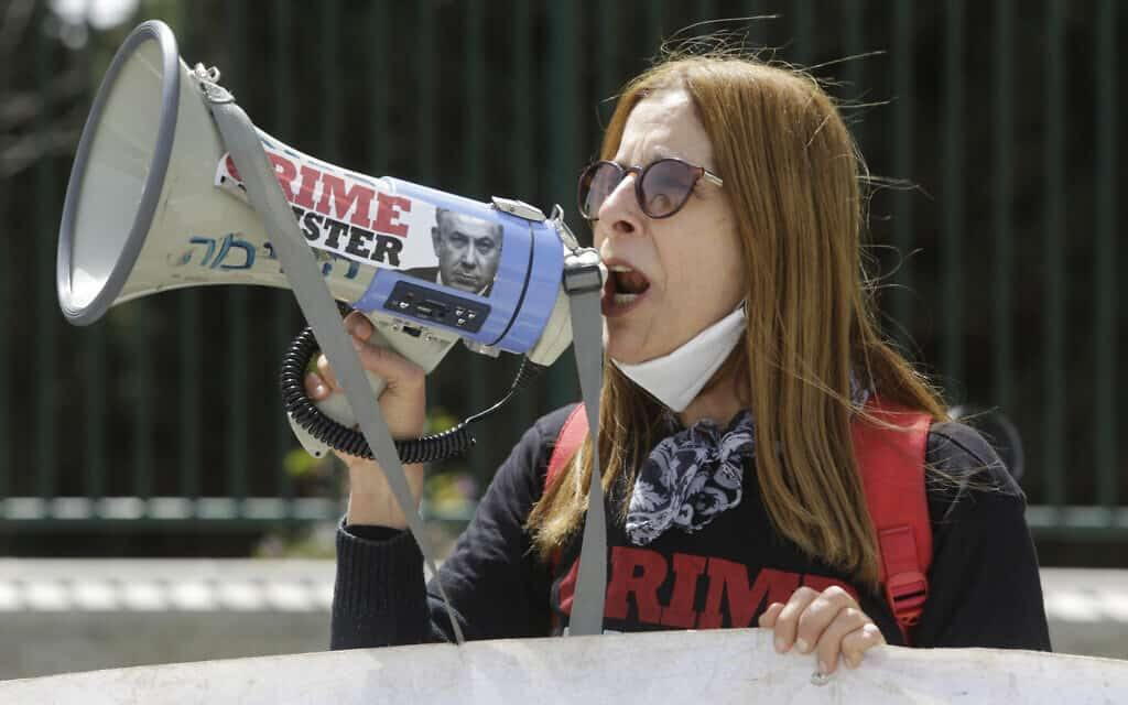 מפגינה מוחה נגד נתניהו מחוץ למשכן הכנסת, היום (צילום: Sebastian Scheiner, AP)