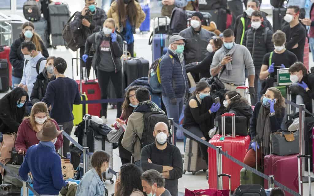 נוסעים ממתינים לטיסות בנמל תעופה. מרץ 2020 (צילום: AP Photo/Mary Altaffer)