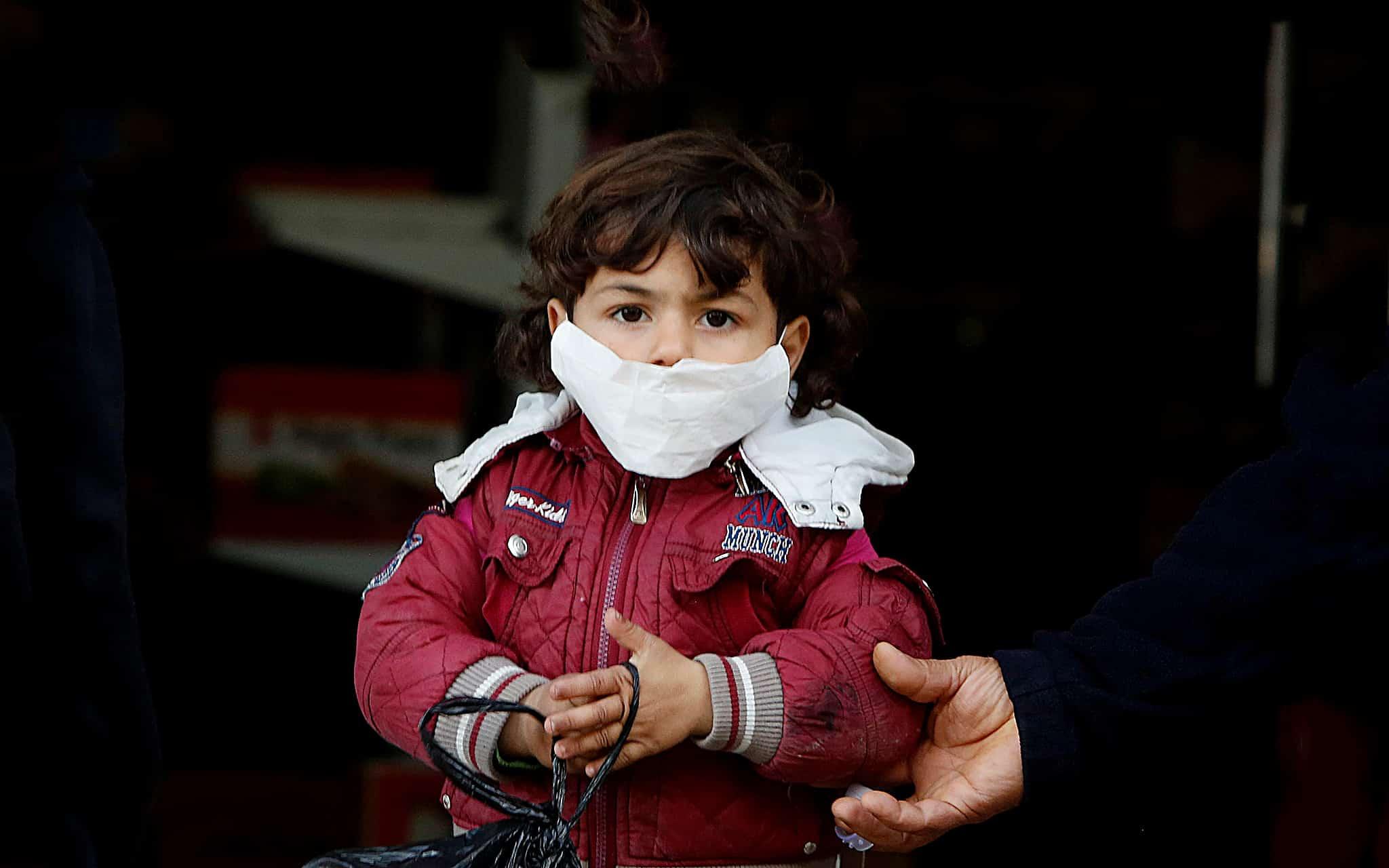 משבר הקורונה: ילד פלסטיני חובש מסכה במחנה פליטים ברצועת עזה, מרץ 2020 (צילום: AP Photo/Hatem Moussa)