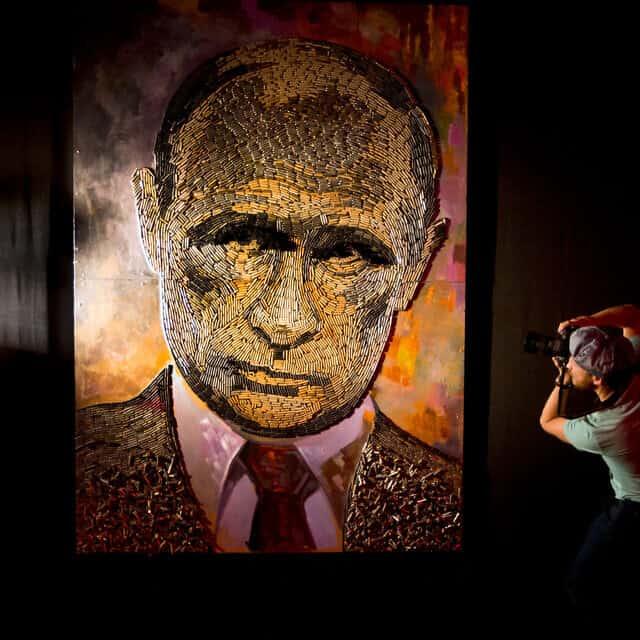 """""""הפנים של המלחמה, יצירתו של האמן האוקראיני דאשה מרשנקו, אשר בנה את פניו של ולדימיר פוטין מלמעלה מ-5000 תרמילי כדור (צילום: AP Photo/Efrem Lukatsky)"""