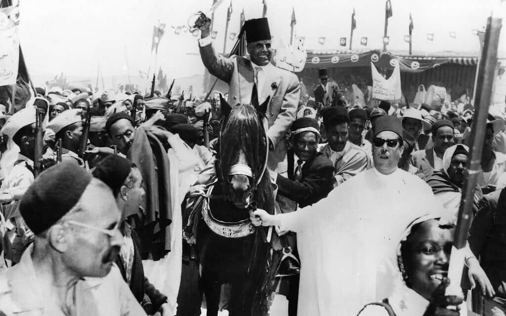 """בורגיבה מסייר בתוניסיה ו""""משחרר"""" חלקים ממנה בצורה סמלית, יוני 1956 (צילום: AP-Photo/Agipan)"""
