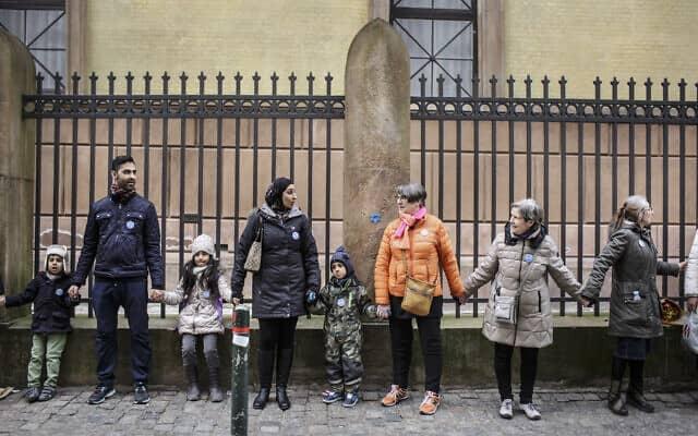 ארכיון: מפגן תמיכה ביהדות דנמרק לאחר פיגוע ירי בבית כנסת, 2015 (צילום: AP Photo/Mads Nissen/Polfoto)