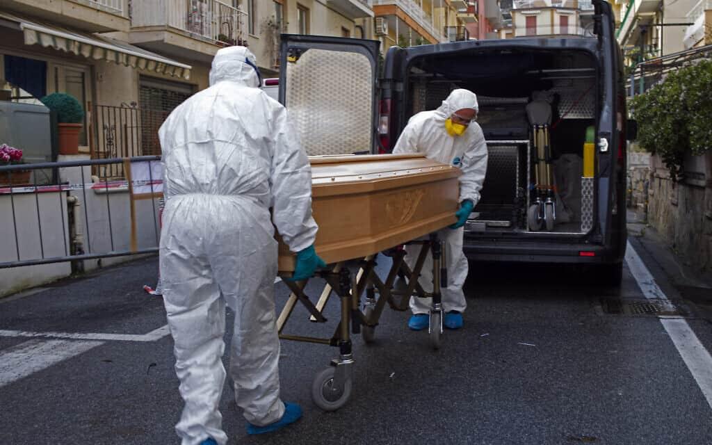 וירוס הקורונה באיטליה, צוותים רפואיים מפנים גופות (צילום: AP-Photo)