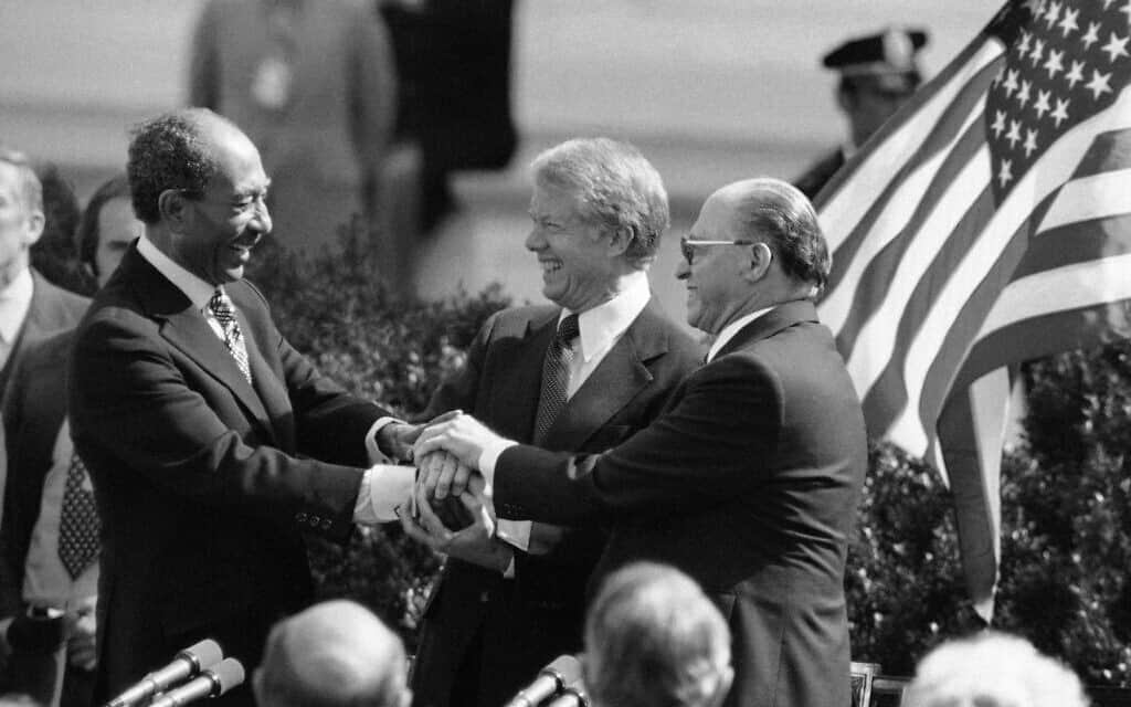 קארטר, בגין וסאדאת בחתימה על הסכם השלום בבית הלבן, 1979 (צילום: AP Photo)