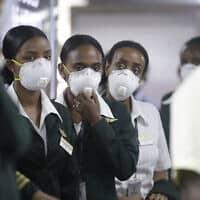 התפרצות הקורונה בניגריה, צוות אתיופיאן איירליינס ממתין לבדיקות קורונה בשדה התעופה בלאגוס (צילום: AP-Photo-Sunday-Alamba)