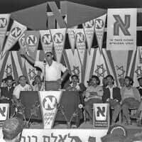 משה דיין נואם בכנס בחירות של מפא״י בראש העין, ב-1959 (צילום: משה פרידן/לע״מ)