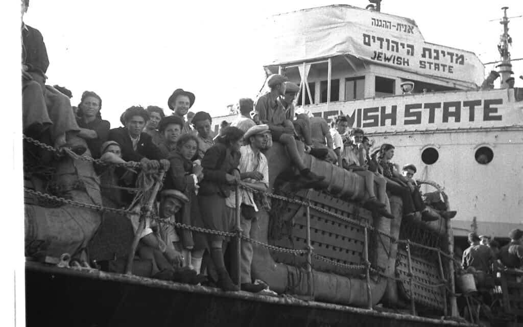 """פליטים יהודים מאירופה, מגיעים לנמל חיפה על אוניית ההגנה """"מדינת היהודים"""" . אוקטובר 1947 (צילום: לע״מ PINN HANS הנס פין HANS PIN)"""