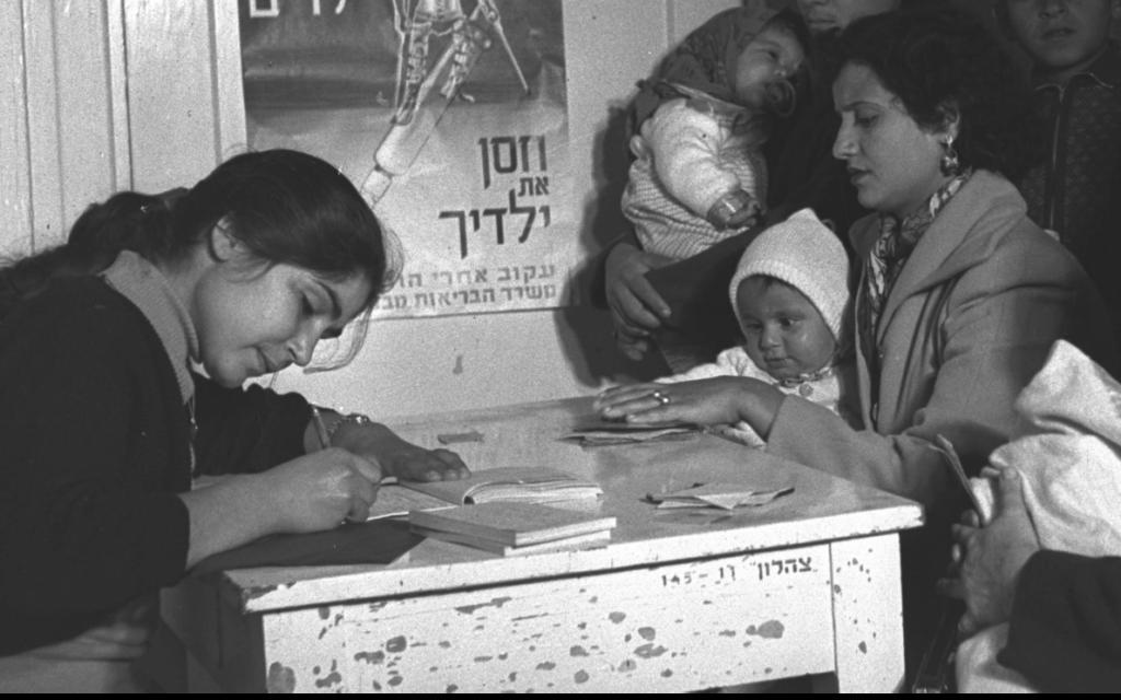 ילדים מגיעים לקבל חיסון בתל אביב.  ינואר 1957 (צילום: לע״מ PRIDAN MOSHE)