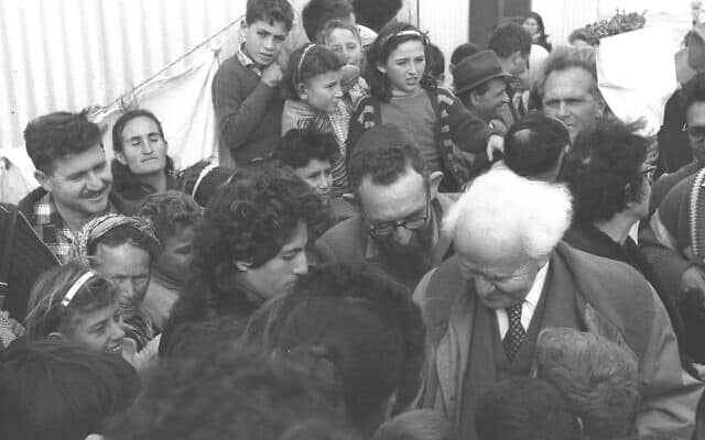 בן-גוריון משוחח עם עולים חדשים בעת ביקורו באשדוד. מרץ 1959 (צילום: PRIDAN MOSHE לע״מ)