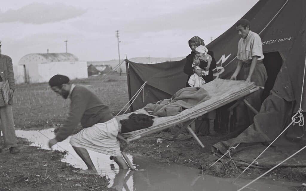 עולים חדשים מתימן במחנה עולים בראש העין, לאחר לילה גשום. דצמבר 1949 (צילום: לע״מ BRAUNER TEDDY)