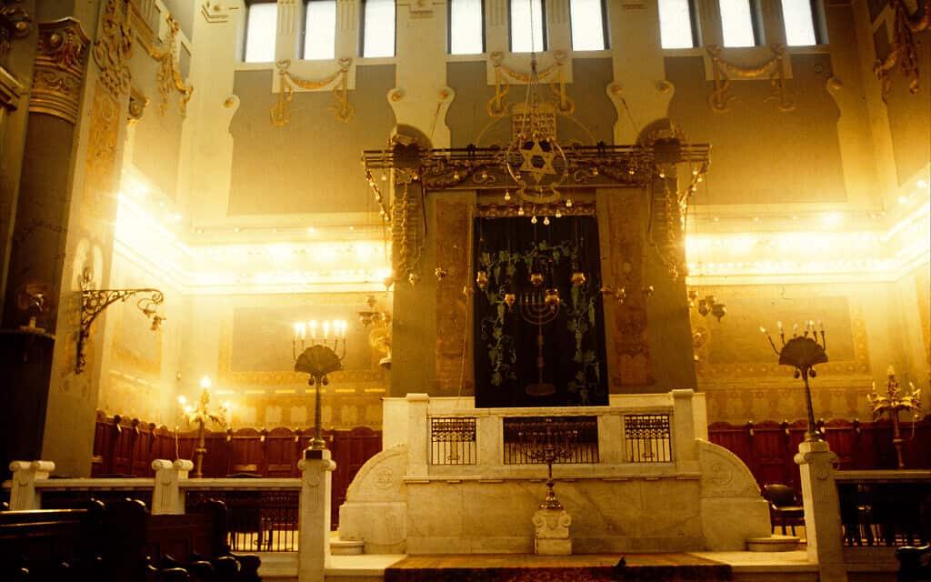 """פנים בית הכנסת """"שער השמים"""", הידוע גם כ""""בית הכנסת עדלי"""", על שם הרחוב שבו הוא נמצא – בית התפילה היהודי הגדול ביותר במצרים (צילום: לארי לוקסנר)"""