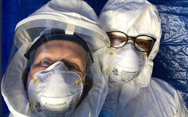 """ד""""ר ג'ודי מלינק (משמאל) ואחד מעמיתיה עם ציוד המגן האישי שלהם, הכולל מסנן אוויר אצל מלינק (צילום: טוויטר)"""
