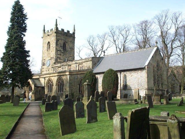 הכנסיה במרכז הכפר איאם (צילום: Alan Fleming / CC BY-SA 2.0)