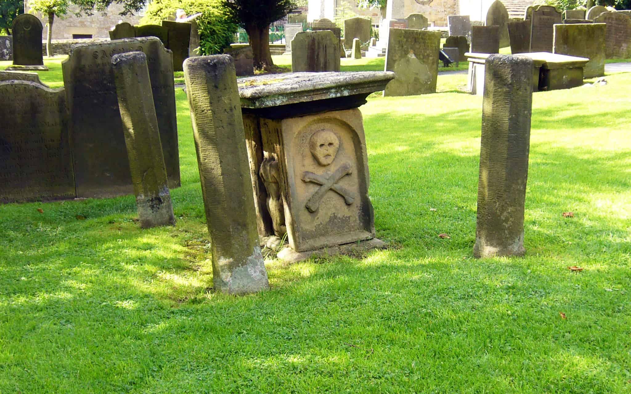 מצבה בבית הקברות של איאם, תזכורת למתי המגפה בכפר במאה ה-17 (צילום: Tony Bacon / CC BY-SA 2.0)