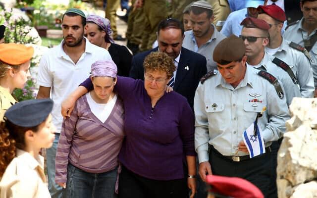 גבי אשכנזי לצדה של מרים פרץ ביום הזיכרון לחללי צה״ל, ב-14 באפריל 2010 (צילום: אביר סולטן/פלאש90)