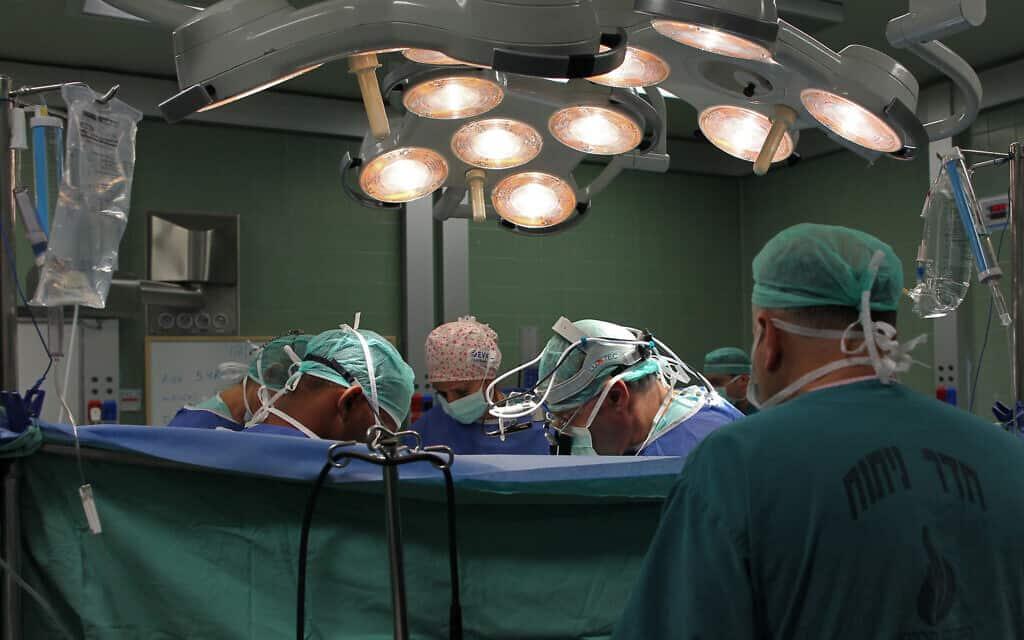 ניתוח בבית החולים וולפסון (צילום: נתי שוחט/פלאש90)