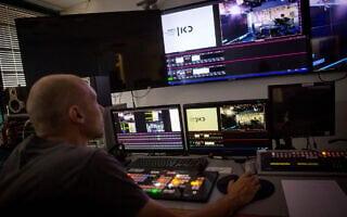 חדר בקרה במשרדי תאגיד השידור הציבורי (צילום: Miriam Alster/FLASH90)