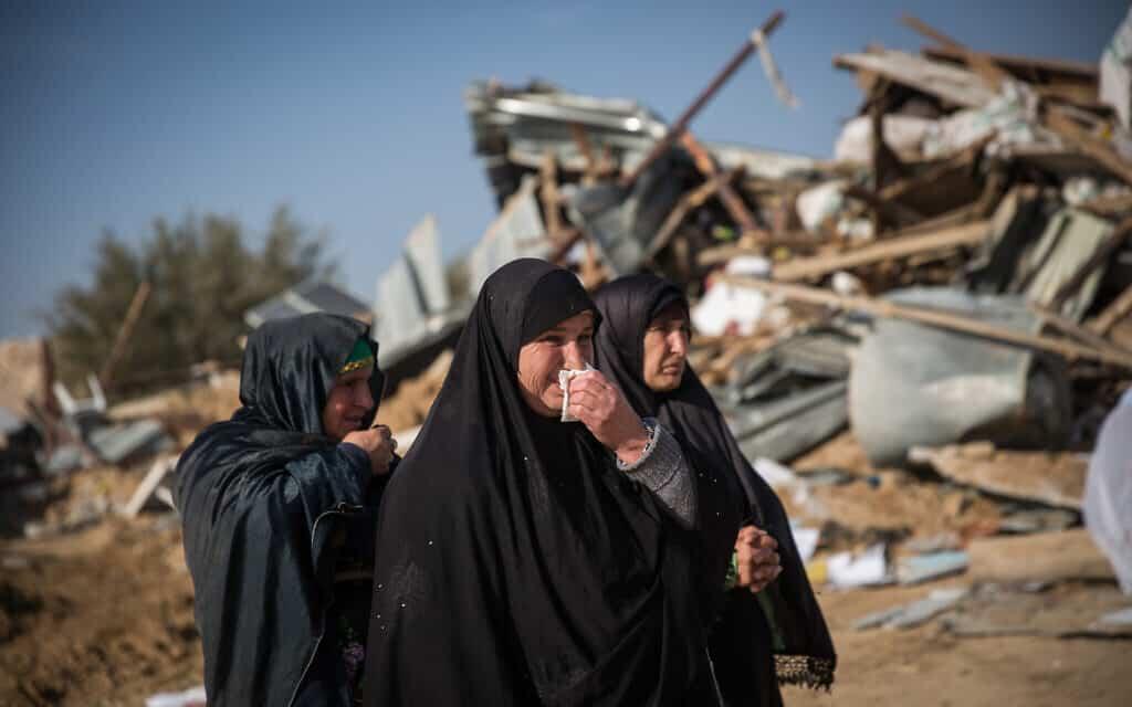 נשים בדואיות ליד בית הרוס בכפר הלא-מוכר אום אל חיראן, ארכיון, 2017. למצולמות אין קשר לנאמר בידיעה (צילום: Hadas Parush/Flash90)