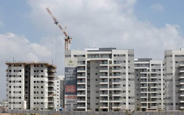 """דירות למכירה. """"צריך להיזהר מלהיכנס למצב שבו אי אפשר למכור דירות״, הזהיר בנק ישראל כבר ב-2008 (צילום: Gili Yaari / Flash90)"""