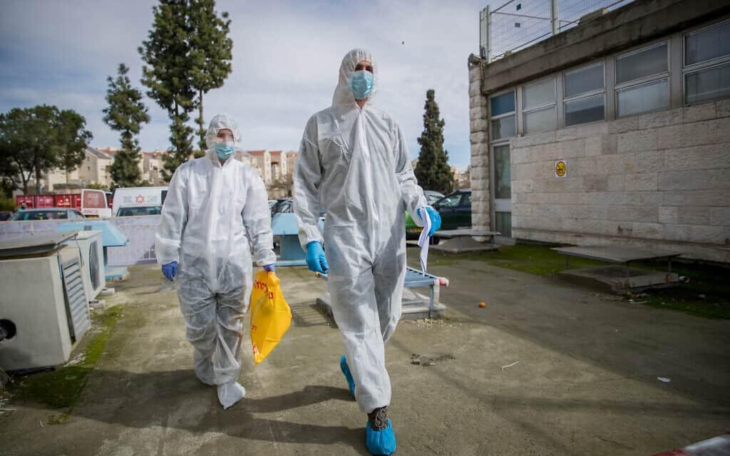 צוות רפואי בבית החולים שערי צדק, אחרי מפגש עם נשאית קורונה פוטנציאלית, ארכיון (צילום: Yonatan Sindel/Flash90)