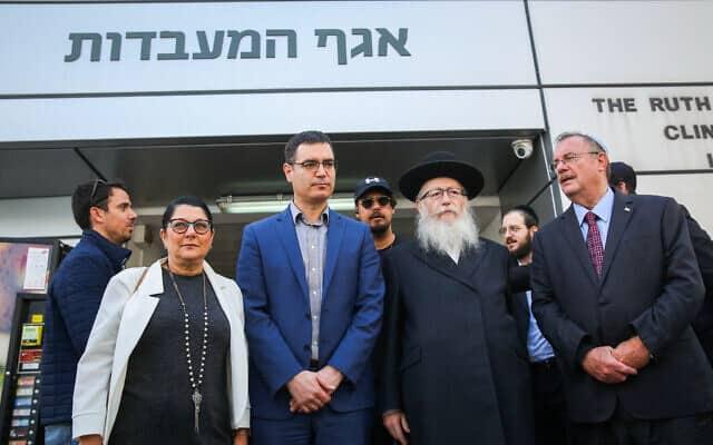 שר הבריאות יעקב ליצמן, מנכ״ל המשרד משה בר סימן טוב (במרכז) ופרופ׳ סיגל סצדקי, האחראית על בריאות הציבור. 4 בפברואר 2020 (צילום: פלאש90)
