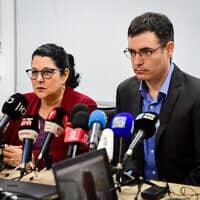 משה בר סימן טוב וסיגל סדצקי במסיבת עיתונאים (צילום: אבשלום ששוני/פלאש90)