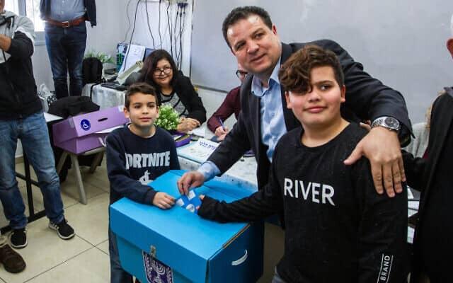 איימן עודה מצביע בחיפה, כשילדיו לצידו, 2 במרץ 2020 (צילום: פלאש90)