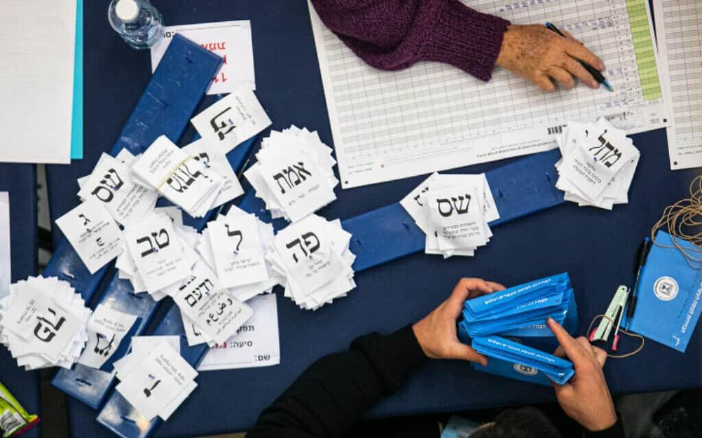 ספירת קולות המצביעים בבחירות לכנסת ה-23, השבוע (צילום: אוליבייה פיטוסי, פלאש 90)