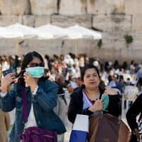 תיירים  עם מסיכות מבקרים בכותל המערבי (צילום: Olivier Fitoussi/Flash90)