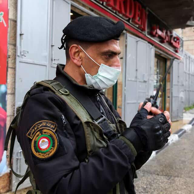 משבר הקורונה: איש ביטחון של הרשות הפלסטינית, מרץ 2020 (צילום: Wisam Hashlamoun/Flash90)