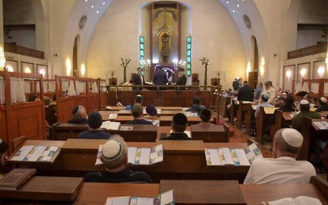 קריאת מגילת אסתר בפורים, בבית הכנסת הגדול בתל אביב (צילום: Avshalom Sassoni/Flash90)
