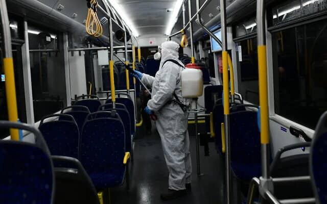 עובדים מחטאים אוטובוס כאמצעי הגנה מפני התפשטות נגיף הקורונה (צילום: Tomer Neuberg/Flash90)