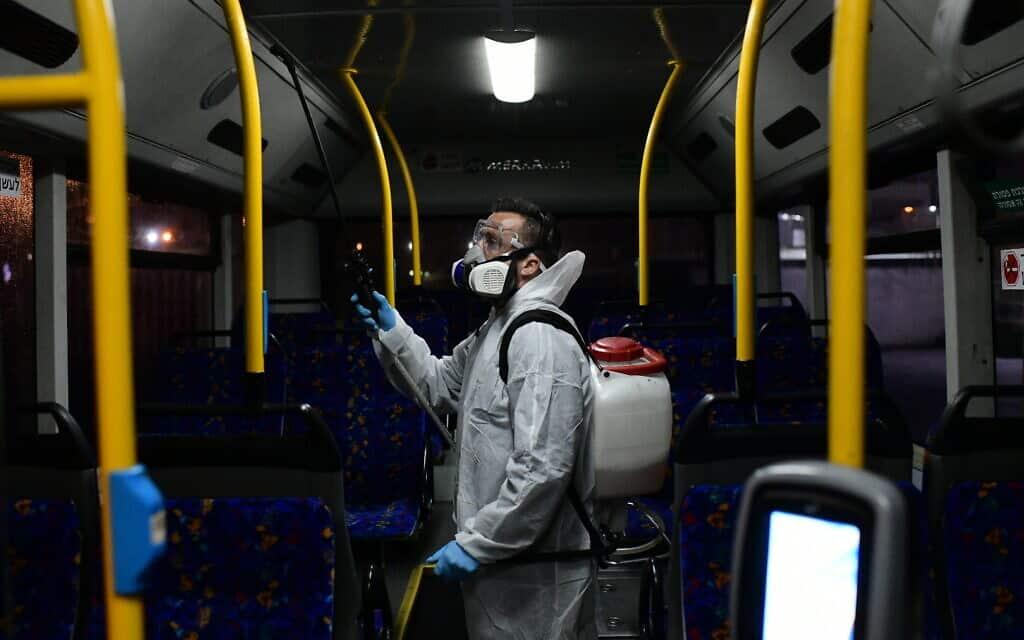 בהלת קורונה: חיטוי אוטובוס בתל אביב, מרץ 2020 (צילום: Tomer Neuberg/Flash90)