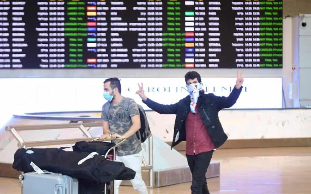 משבר הקורונה: נמל התעופה בן גוריון, מרץ 2020, למצולמים אין קשר לנאמר בידיעה (צילום: פלאש 90)