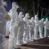 אנשי צוות רפואי במתחם בבית חולים תל השומר, שהוסב לבידוד ישראלים שהגיעו מיפן. פברואר 2020 (צילום: Avshalom Sassoni/Flash90)