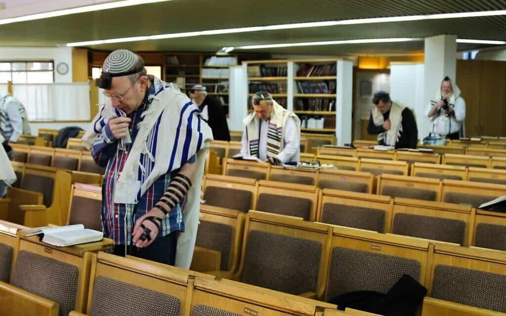מתפללים בבית כנסת (צילום: Gershon Elinson/Flash90)