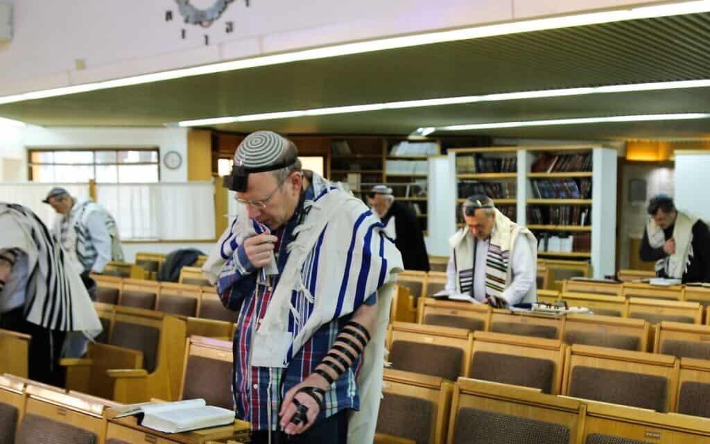 אנשים מתפללים בבית כנסת (צילום: Gershon Elinson/Flash90)