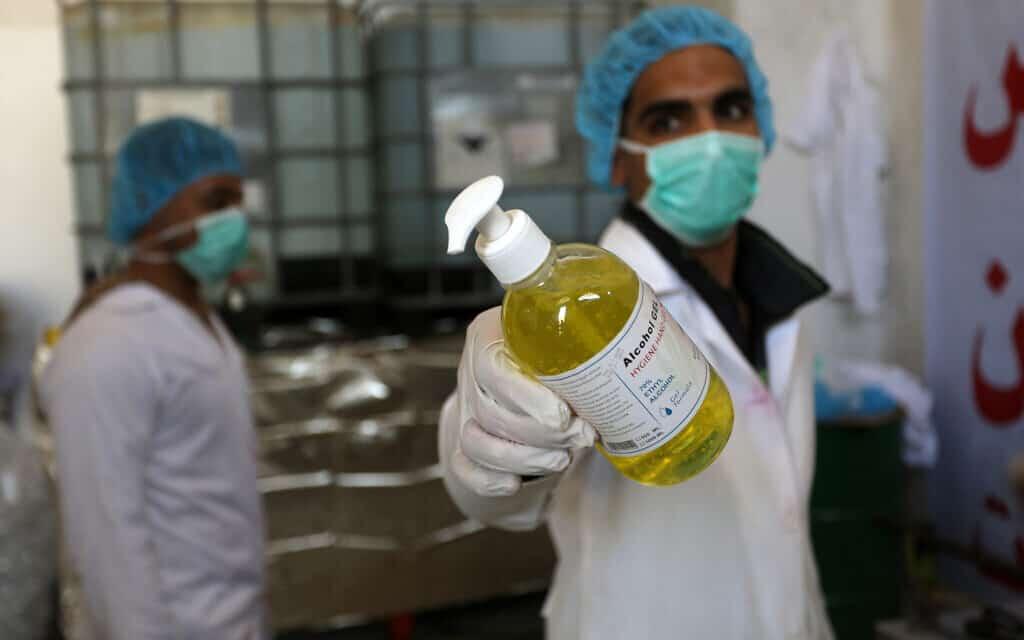 מגפת הקורונה: ייצור חומרי חיטוי במפעל ברצועת עזה, מרץ 2020 (צילום: Abed Rahim Khatib/ Flash90)