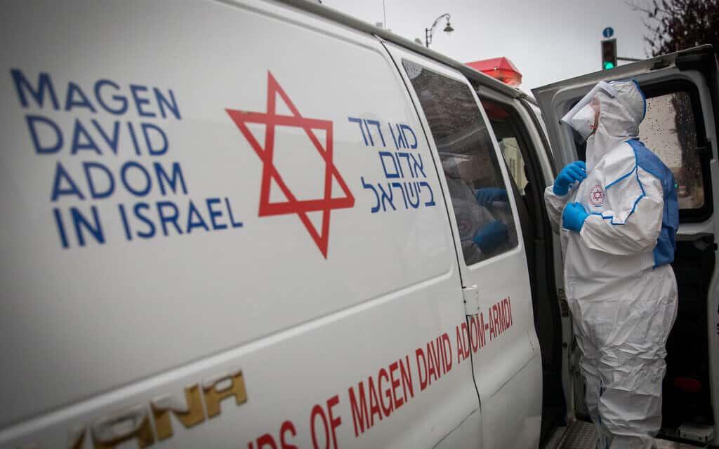 איש צוות רפואי ביגוד מגן כאמצעי מניעה נגד נגיף הקורונה. מרץ 2020 (צילום: Yonatan Sindel/Flash90)