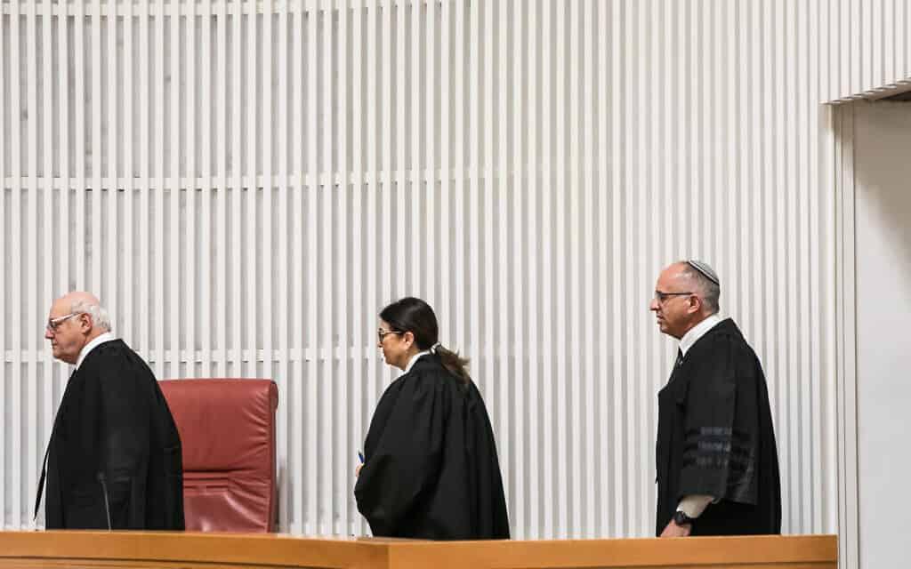 השופטים נעם סולברג, אסתר חיות וחנן מלצר בדיון על העתירה נגד השימוש באמצעי איכון דיגיטליים. 19 במרץ 2020 (צילום: Olivier Fitoussi/Flash90)