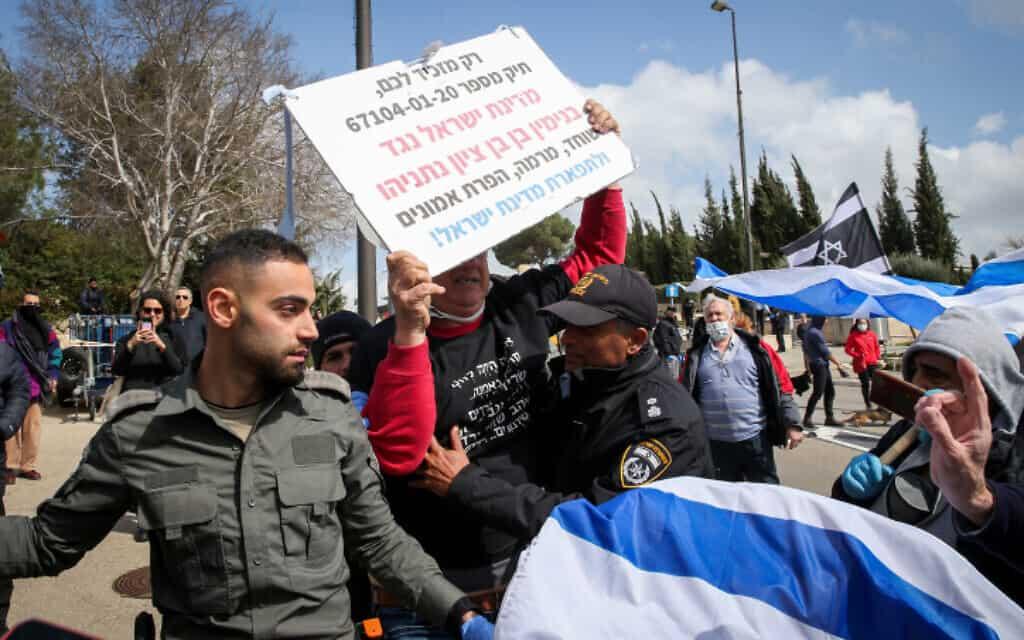 שוטרים מתעמתים עם מפגינים, המוחים נגד הפגיעה בדמוקרטיה, ליד הכנסת, היום (צילום: יונתן זינדל, פלאש 90)