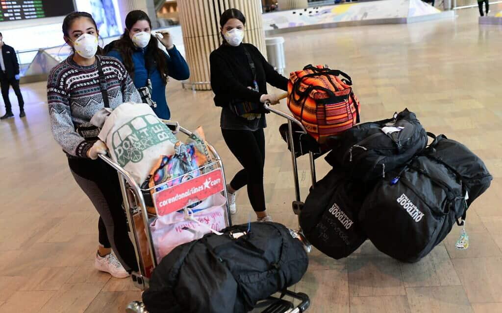 מטיילים ישראלים שהיו תקועים בדרום אמריקה מגיעים לשדה התעופה בן גוריון. מרץ 2020 (צילום: Tomer Neuberg/Flash90)