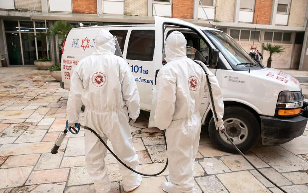 צוות רפואי בכניסת החירום לבית החולים הדסה עין כרם בירושלים (צילום: Olivier Fitoussi/Flash90)