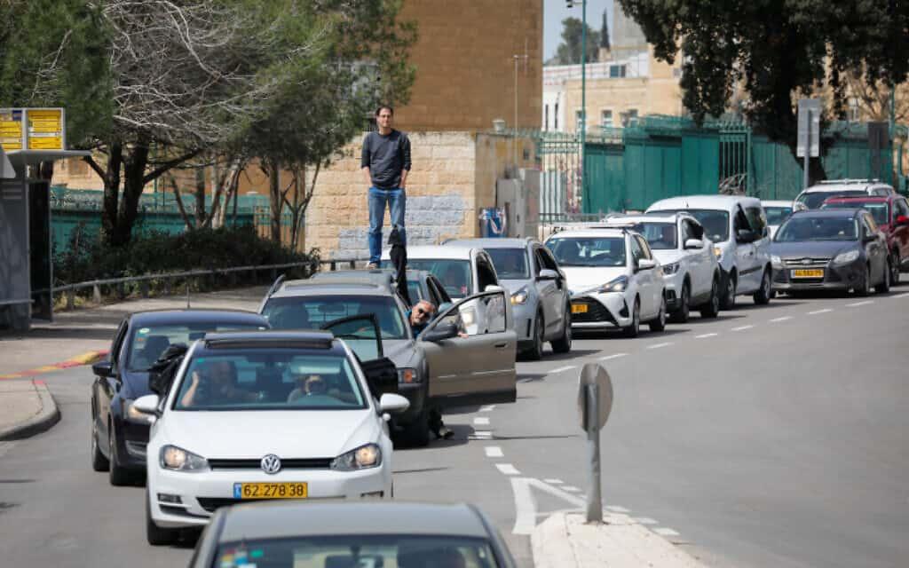 שיירה של מפגינים המוחים נגד הפגיעה בדמוקרטיה מחוץ לכנסת, היום (צילום: אוליבייה פיטוסי, פלאש 90)