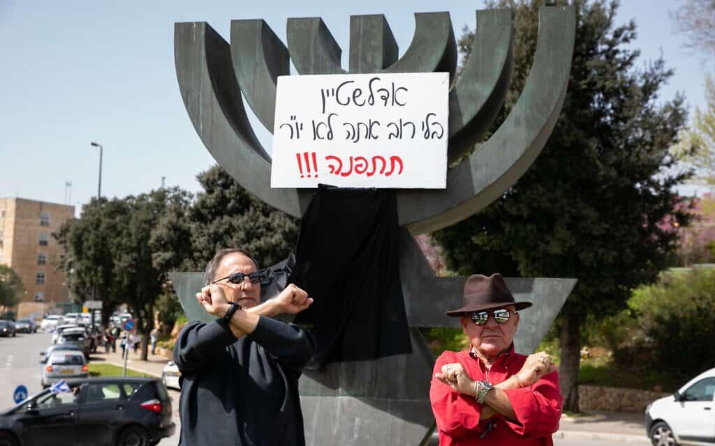 הפגנה מחוץ לכנסת הקוראת ליולי אדלשטיין להתפנות מכסא יו״ר הכנסת. 23 במרץ 2020 (צילום: Olivier Fitoussi/Flash90)