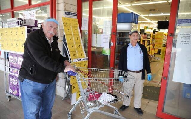 משבר הקורונה: סופרמרקט בירושלים, 25 במרץ 2020. למצולמים אין קשר לנאמר (צילום: Olivier Fitoussi/Flash90)