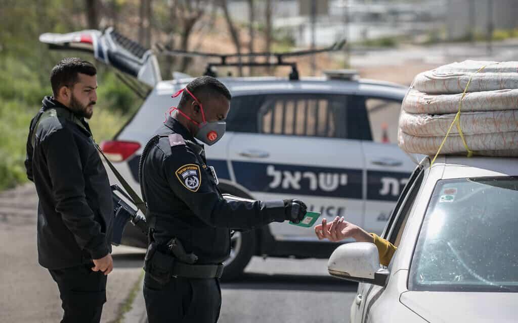 שוטרים אוכפים את הסגר, הבוקר, 26 במרץ 2020 (צילום: Olivier Fitoussi/FLASH90)
