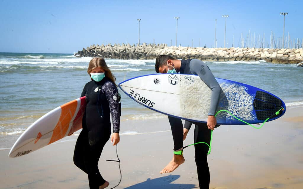 למרות המגבלות: גולשים בחוף הים של תל אביב, מרץ 2020 (צילום: Flash90)